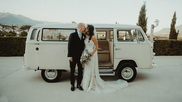 fotografia-de-boda-junto-a-vehiculo