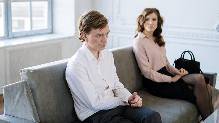pareja-sentada-en-sofa