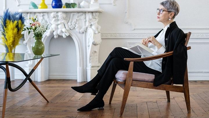 senora-sentada-en-silla