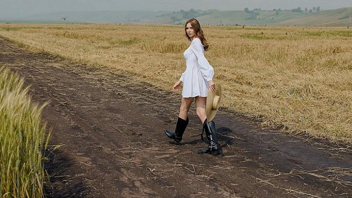 chica-camina-por-el-campo