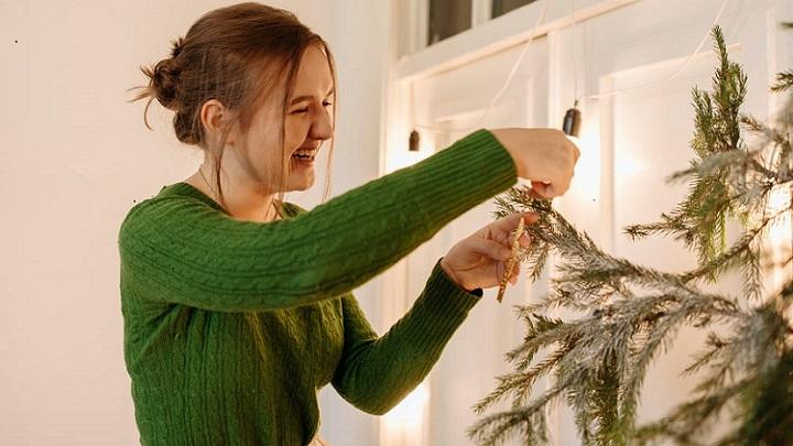 chica-decora-arbol-de-navidad