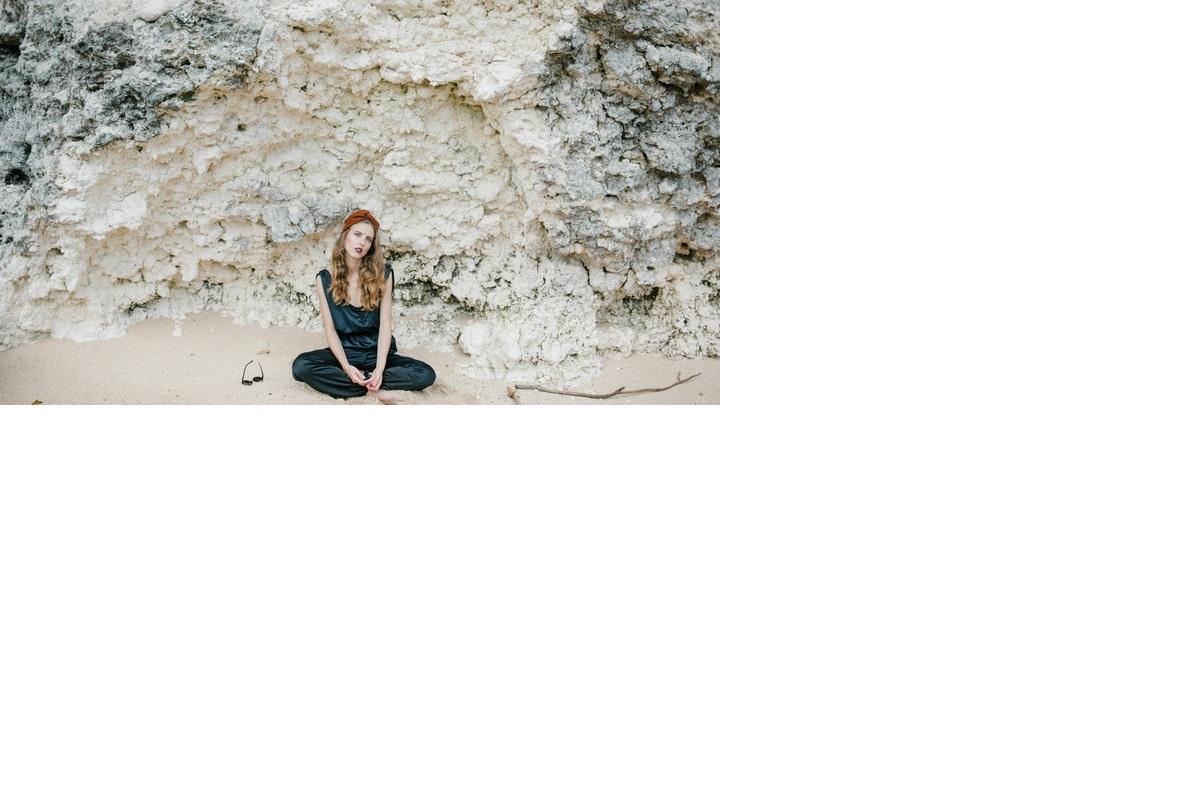 chica-junto-a-las-rocas