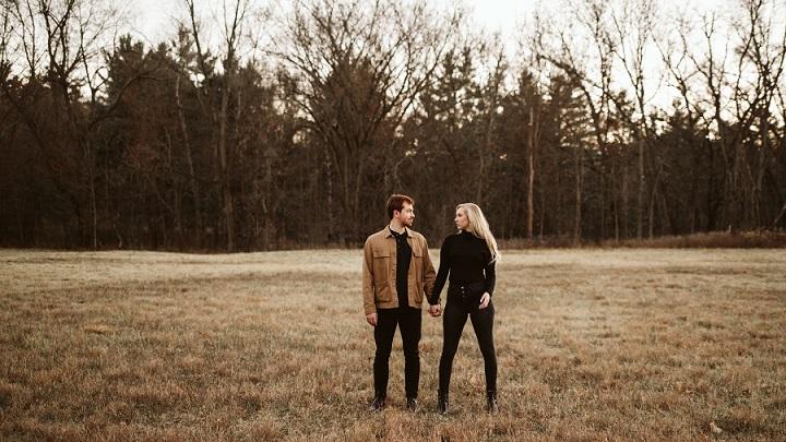 pareja-en-bosque