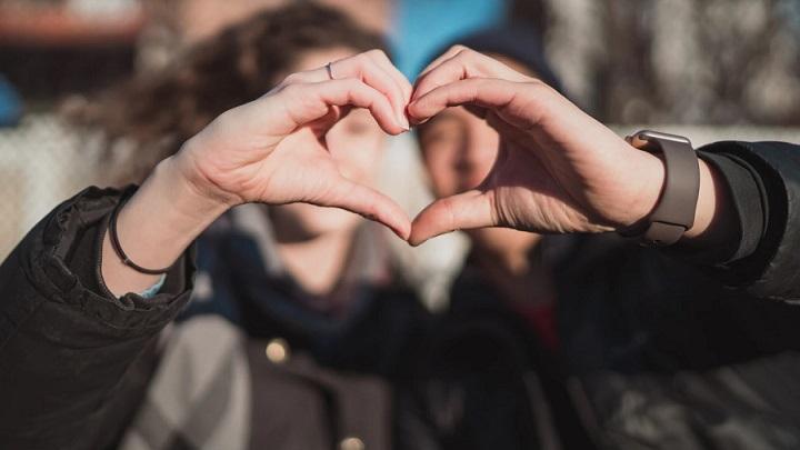 pareja-forma-un-corazon-con-sus-manos