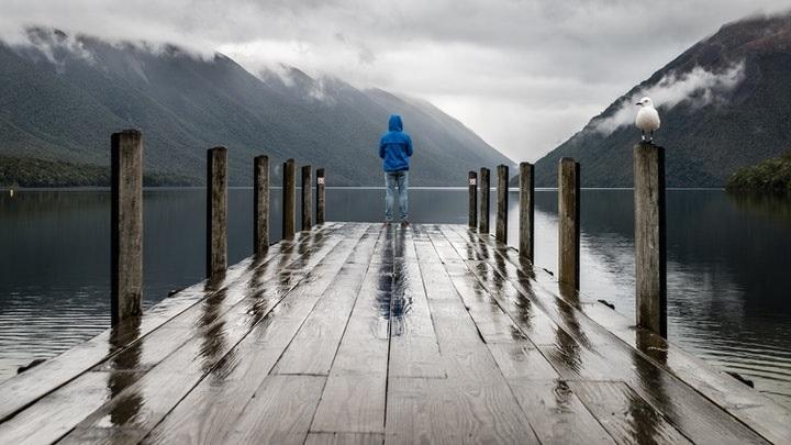 persona-observa-el-lago