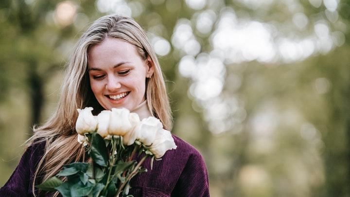 chica-con-flores-blancas