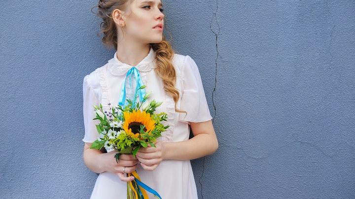 chica-joven-con-ramo-de-flores
