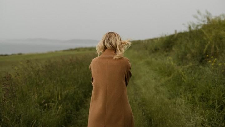 chica-pasea-por-el-campo