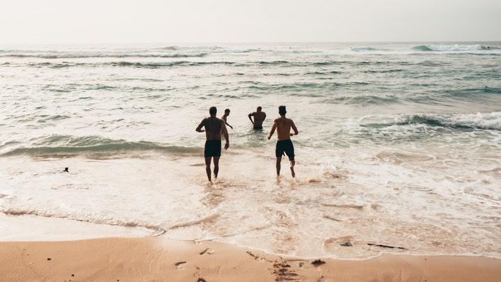 cuatro-amigos-en-el-mar