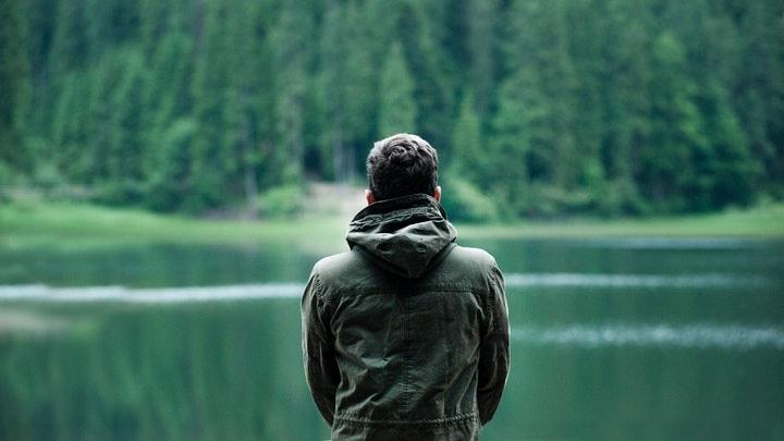 hombre-observa-el-lago