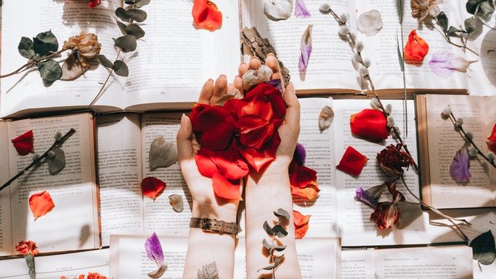 libros-con-petalos-de-flores