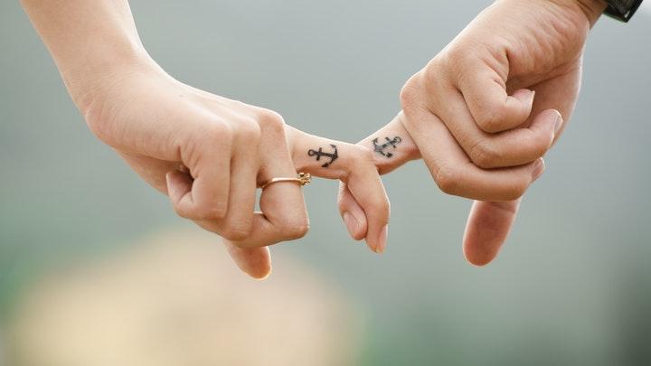 pareja-con-manos-entrelazadas