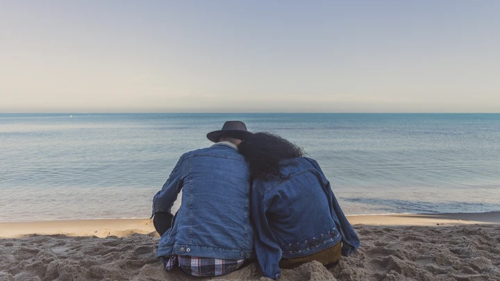 pareja-frente-al-mar