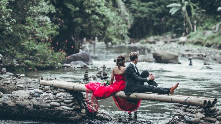 pareja-junto-al-rio