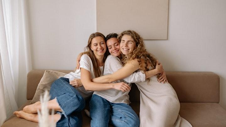 abrazo-de-tres-amigas