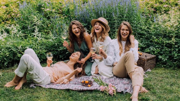 amigas-disfrutan-de-un-picnic