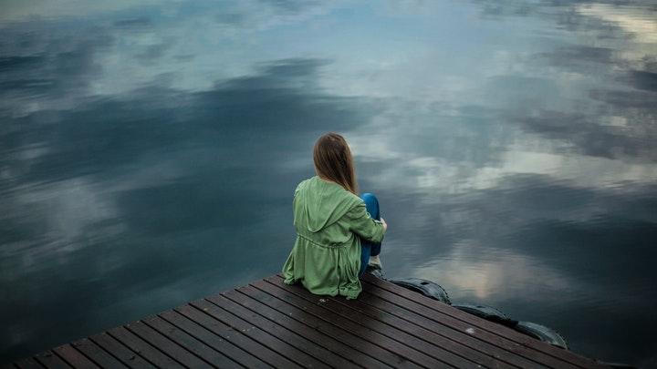 mujer-mira-el-horizonte