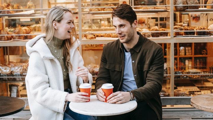 pareja-en-cafeteria