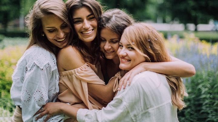 grupo-de-cuatro-amigas