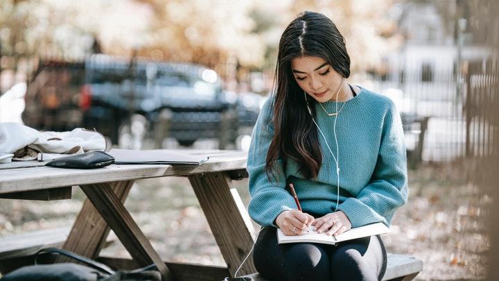 chica-escribe-un-diario