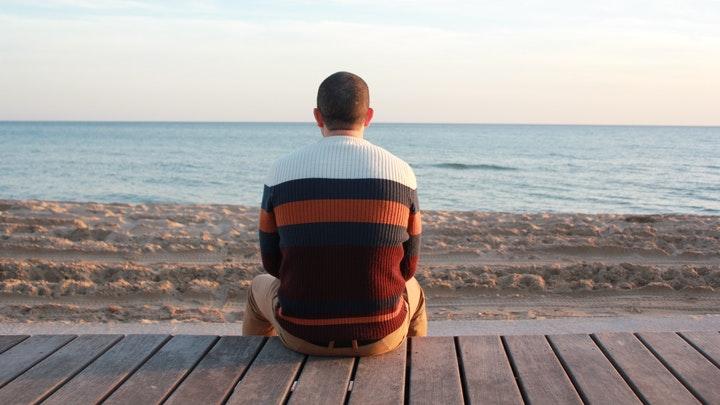 hombre-observa-el-mar