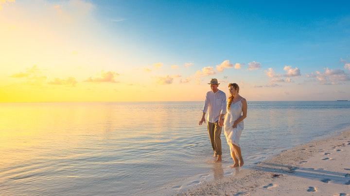 pareja-camina-en-orilla-de-la-playa
