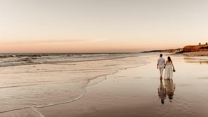 pareja-junto-al-mar