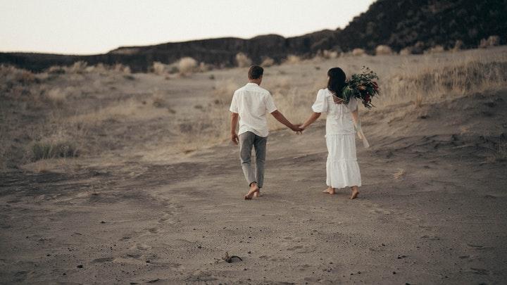 pareja-pasea-por-paisaje-natural