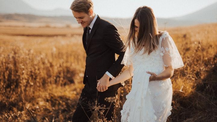 recien-casados-en-campo