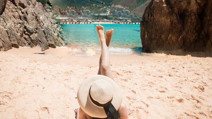 chica-con-sombrero-en-la-playa