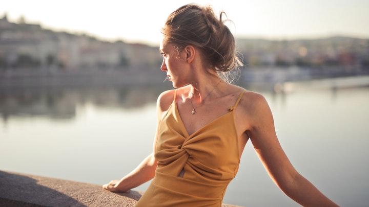 chica-con-vestido-amarillo