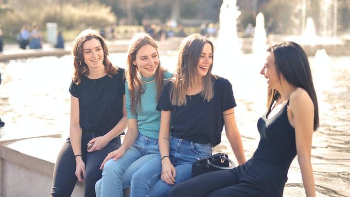 cuatro-amigas-en-la-fuente