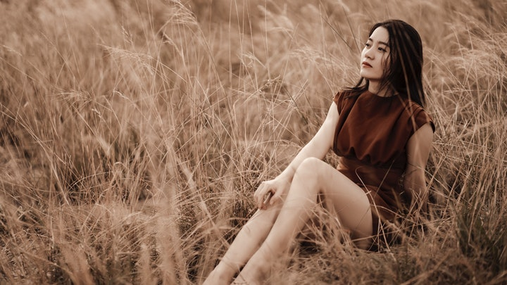 chica-sentada-en-el-campo