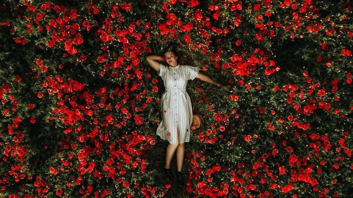 mujer-rodeada-de-flores