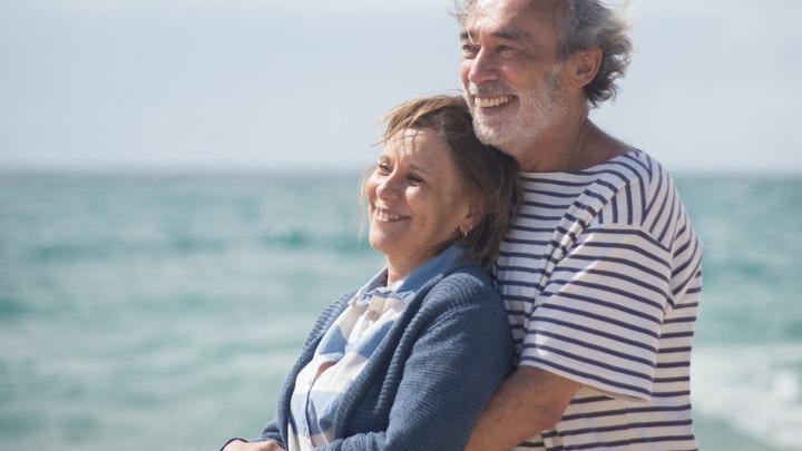 pareja-cerca-del-mar