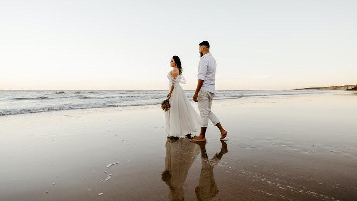 pareja-junto-a-la-orilla-del-mar