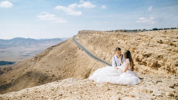 recien-casados-en-la-carretera