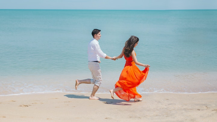 pareja-camina-por-orilla-de-la-playa