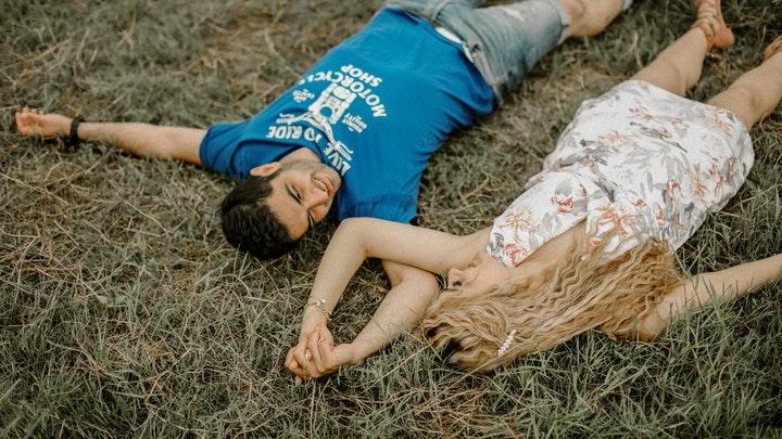 pareja-romantica-sobre-el-cesped