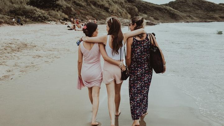 tres-amigas-en-playa