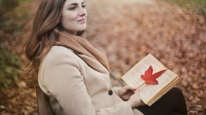 chica-lee-un-libro-en-el-parque
