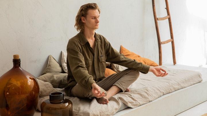 hombre-medita